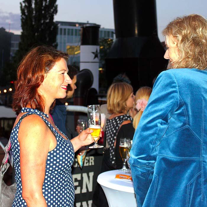 Dr. Inga Strehlow und Claudia Groetschel beim Sommerfestvon Wolfgang Beinert und den Berliner Gestalten am 23. August 2013 im Historischen Hafen von Berlin.