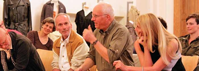 Nach dem rund einstündigen Vortrag von Prof. Dr. Friedrich folgte eine heftige, rund einstündige Diskussion. Als erster »polterte« Florian Fischer (Begleitung im Wandel, Berlin) los. Er echauffierte sich dermaßen, dass ihm anfangs sogar die Worte fehlten. Seine etwas irritierenden Behauptungen nebst Totschlagargumenten a la » Sie haben Sullivan nicht gelesen«, quittierten Teile des Publikums lauthals mit Häme. Mit im Bild von links: Peter-Paul Hennicke (AGD), Jochen Jeyermann (Kontext Kommunikation & Gestaltung, Berlin), Florian Fischer, Marita Wischerhoff (Philologin, Berlin) und Cindy Koch (Kommunikationsdesignerin, Berlin).