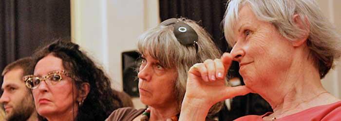 Ursula Wünsch quittierte eine Unterstellung von Florian Fischer buchstäblich als »feige«. Andere meinten, sie seinen absolut irrelevant und haben mit dem Thema nichts zu tun. Im Bild von links nach rechts: Anke Rahusen (PixelGräfin, Berlin), Ursula Wünsch (Wünsch' Dir Was, Spielmittel- und Spielobjektedesign, Berlin) und Linde Kapitzki (Berlin).