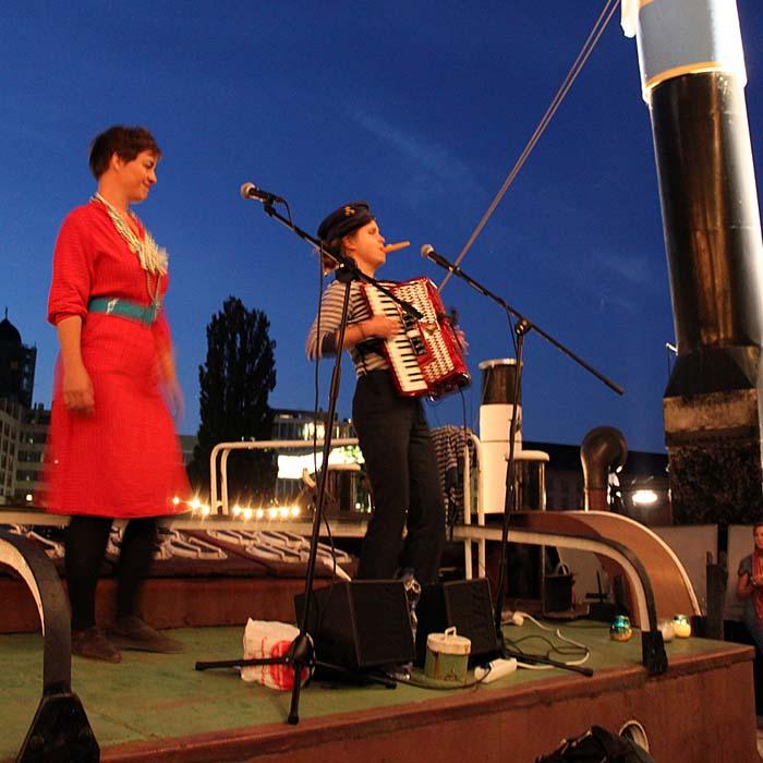 Paula Sell und Nina Thaler in Concert with »the hinking sinking ladies« beim Sommerfestvon Wolfgang Beinert und den Berliner Gestalten am 23. August 2013 im Historischen Hafen von Berlin.