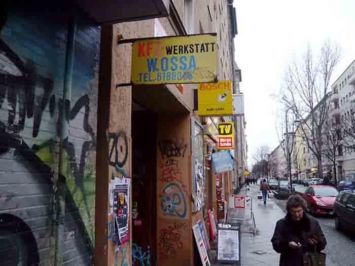 Seit ich meinen Fuß über die Donau gesetzt habe, lautet einer meiner zentralen Fragen als Gestalter: Warum wirkt Berlin und Brandenburg auf Südländer oft so trist und uncharmant? Folgt hier die Form nur noch der Funktion? Ist Berlin etwa die Endstation Sehnsucht des protestantischen »form follows function«-Dogmas? Foto: Eine typische Berliner Straße im Wrangelkiez in unmittelbarer Nähe des temporären Ateliers von Wolfgang Beinert.