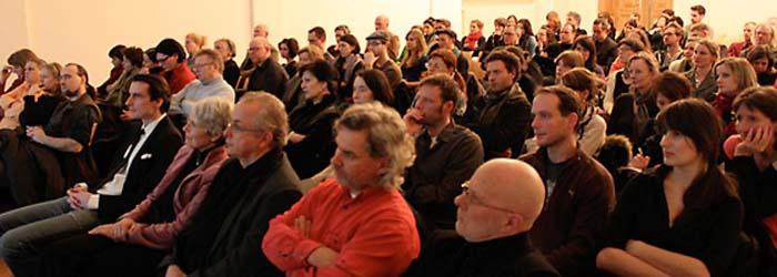 Das Publikum bestand überwiegend aus Kolleginnen und Kollegen aus der Design- und Fotoszene. Die Zuhörer waren nicht nur zahlreich, sondern – wie sich später herausstellen sollte – auch zahlreich kritisch. Mit auf dem Bild rechts: Ana Druga und Alexander Tibus.