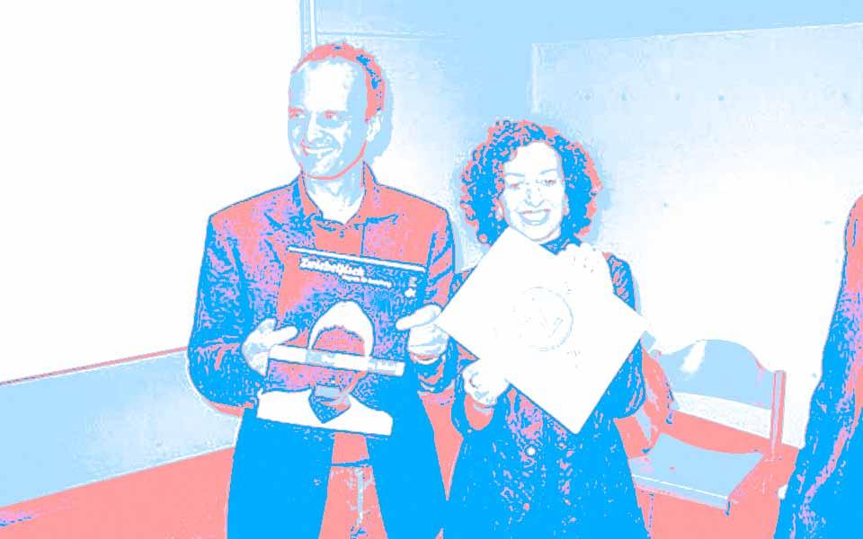 Frank Wagner und Annette Häfelinger posieren für einen Schnappschuss mit dem studentischen Designmagazin Zwiebelfisch aus Freiburg. Foto: Ateliergespräch mit den Kommunikationsdesignern Annette Häfelinger und Frank Wagner von hw design am 1. Juli 2004 bei Wolfgang Beinert in München.