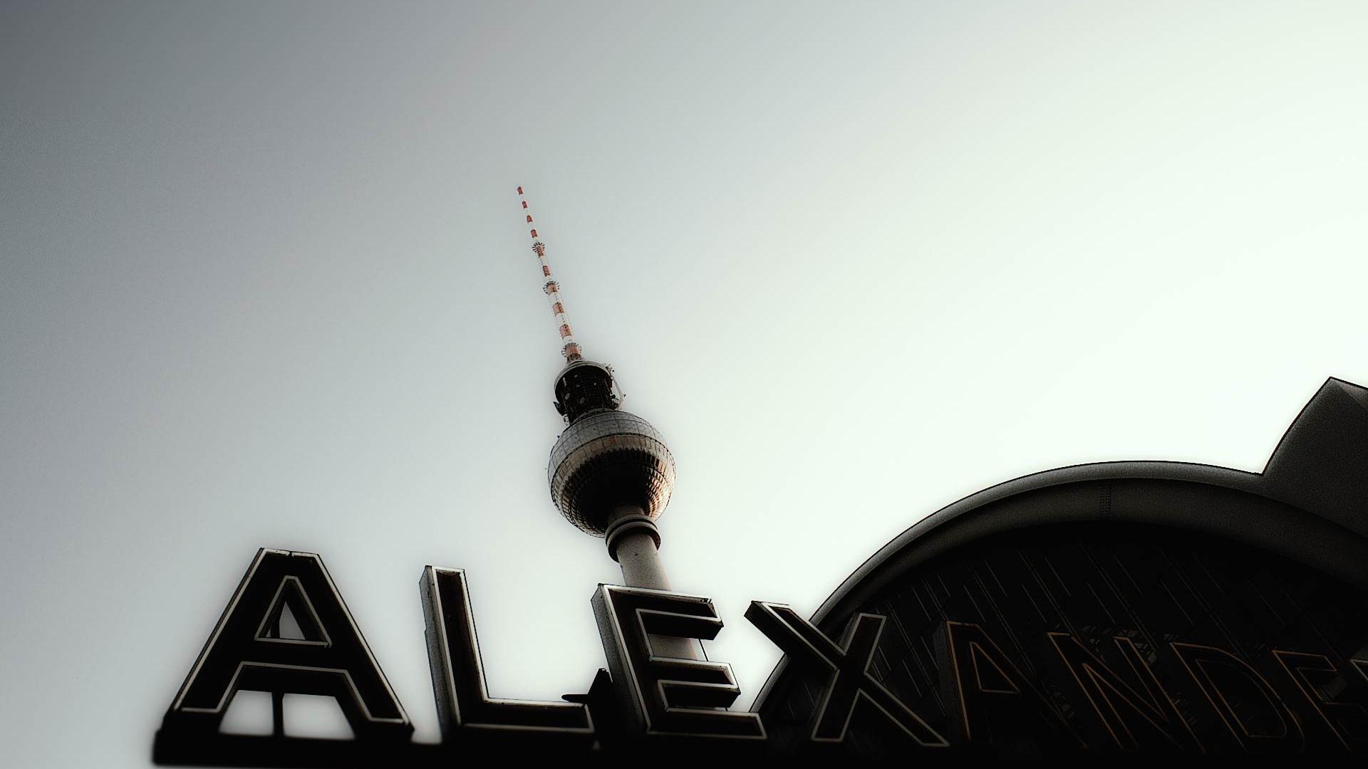 Berlin Alexanderplatz mit Blick auf den Fernsehturm. © 2008 Wolfgang Beinert, Berlin.