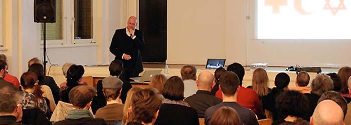Bernhard Pompeys Vortrag konzentrierte sich primär auf die Interpretation von Fotomaterial, das während seiner Reisen in den Nahen Osten und nach Schwarzafrika entstand.