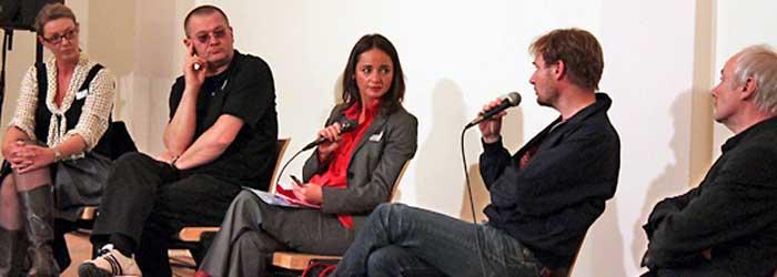 Die Diskutanten: Caroline Batke (Zampano Studios, Berlin), Wolfgang Beinert (Atelier Beinert, Berlin), Angela Pritzkow (F3 Marketing, Berlin) Tim Renner (Motor Entertainment, Berlin) und Prof. Dr. Günther Faltin (Freie Universität Berlin). Renner: »… fehlendes Coaching …«. Prof. Faltin: »… kleine Unternehmen müssen sparsam wirtschaften …« Batke: »… Finanzierung von Qualifizierung muss unterstützt werden …«.