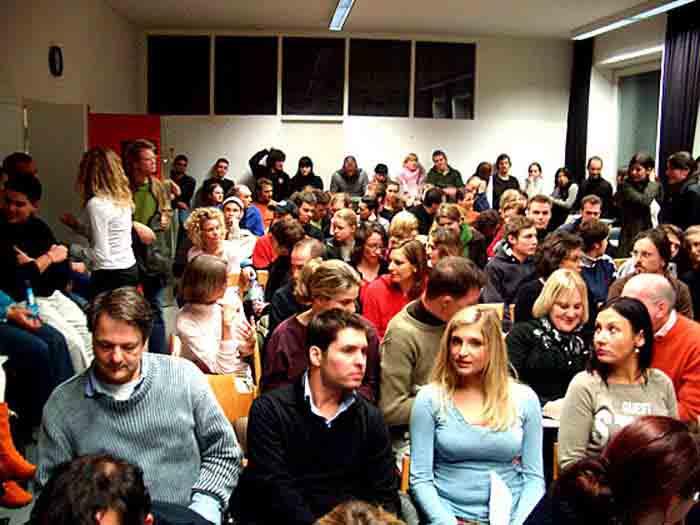 Zum zweiten Mal fand ein Ateliergespräch von Wolfgang Beinert im Rahmen des Projekts »Designcenter München« in der Hochschule München (FB Design) im Hörsaal in der Clemensstraße 33 statt. Trotz Semesterferien und Vorweihnachtszeit war der Hörsaal so gut besucht wie noch nie in der Geschichte des Fachbereichs 12 der FH München. Die Tutoren zählten 148 Besucher, die sich bis zum Gang stauten und dem Vortrag stehend folgen mussten. Viele Interessenten mussten leider abgewiesen werden, da es keine Plätze mehr gab. Im Publikum: Daniela Deutzer und Cornelia Schmid Heizer.