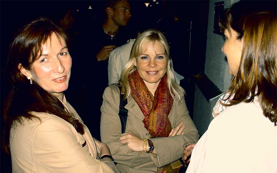 Die Galeristin Elka Jordanow und Alexandra Holland bei der Vernissage.