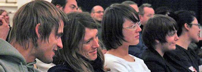 Links: Philip Hahn und Franziska Söhner, zweite von rechts: Annabelle Scherer (Kommunikationsdesigner/innen, alle Ressourcenmangel, Berlin).