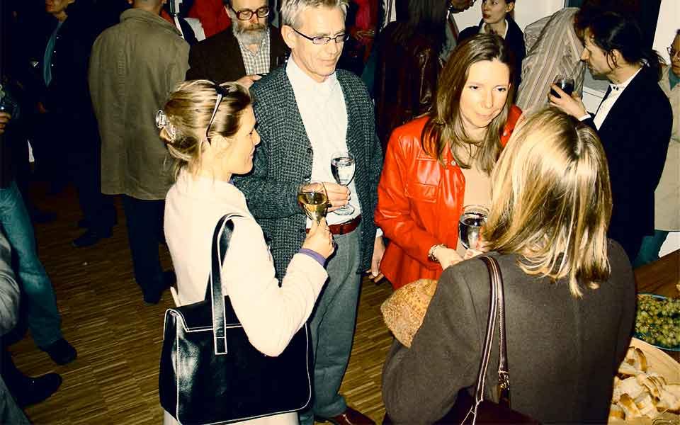 Dr. Isabel Hasler, Carella Dürksen und Eva Schrot bei der Vernissage der Ausstellung »Carpe Diem – Jung sein. Schick sein. Reich sein.« von Wolfgang Beinert am Donnerstag, 1. April 2004 in der Galerie für Fotografie Jordanow in München.