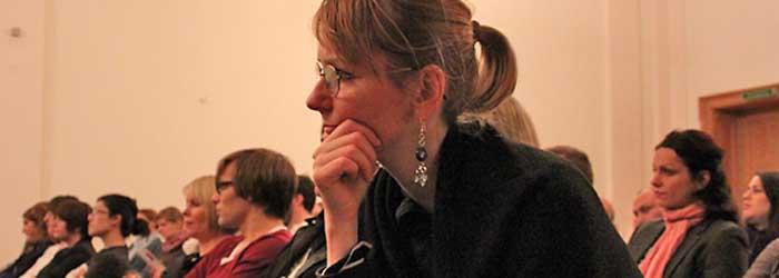 Im Vordergrund: Gisela Jetter, (Jetter-Grafikdesign, Berlin), rechts im Hintergrund: Katharina Pätzold (Pätzold/Martini, Büro für Visuelle Kommunikation, Berlin).