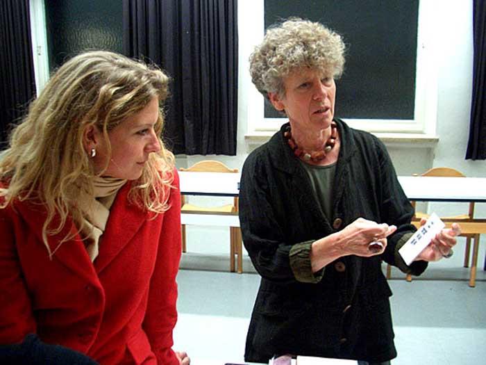 Conny Altmann Sekulin, Assistentin von Wolfgang Beinert, und Heide Hackenberg, Allianz deutscher Designer (AGD), bei den Vorbereitungen des Ateliergesprächs am 2.12.2004 in München.