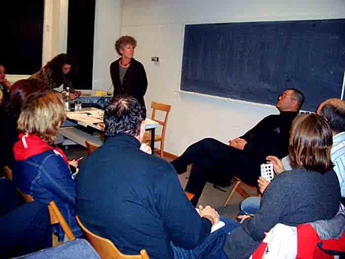 Heide Hackenberg (stehend) und Wolfgang Beinert (rechts sitzend) mussten nach dem Vortrag unzählige Fragen aus dem Publikum beantworten.