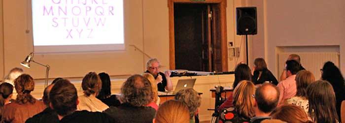 Auf diesem Präsentationschart legte Horst Moser das Majuskelalphabet der Futura über die Capitalis Monumentalis des Trajanisches Alphabets. Sein Fazit: Die Futura ist im Wesentlichen eine Kopie einer gemeißelten römischen Lapidarschrift – nur ohne Serifen.