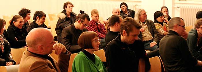 Der Webdesigner Ingo Krehl aus Berlin brachte die beinahe schon kollektive Kritik später per eMail auf den Punkt: Es war zwar ein interessanter Vortrag, aber es fehlte die konkrete Information zum Thema. Welche Rolle spielt denn nun die soziale Verantwortung im Bereich der Kreativwirtschaft? Im Bild rechts: Prof. Jay Rutherford (Bauhaus-Universität Weimar).