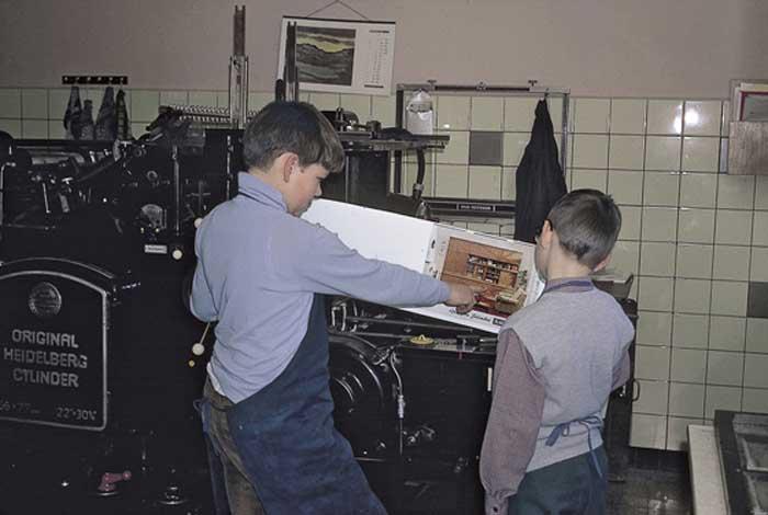 Der »kleine Hannes« mit seinem großen Bruder Jochen (links) an einem Original Heidelberger Druckzylinder in der Druckerei seines Vaters Horst. Heute führt sein Bruder in der vierten Generation die 1899 gegründete Offizin im niedersächsischen Bad Münder am Deister.