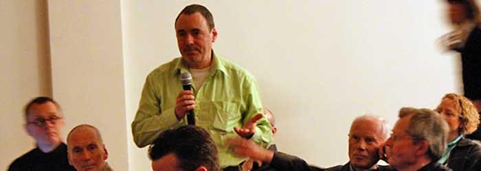 Nach dem rund zweistündigen Vortrag von Horst Moser meldeten sich noch einige Zuhörer zu Wort. Hier im Bild Jörg Schaefer, Dozent für Designgeschichte und Rhetorik an der Hochschule für Technik und Wirtschaft Berlin (HTW).