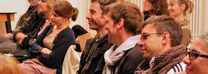 Wie gewinnt man den Bundeswettbewerb für politische Bildung? Für Hannes Wander ganz einfach: Knödel sind passiv! Im ersten Teil seines Vortrags ging Hannes Wanderer auch humorvoll darauf ein, wie er erstmals als Pennäler im Rahmen eines Schulwettbewerbs mit »der Werbung« in Berührung kam, wie ihn Musik und Plattencover von Patti Smith, Bob Dylan, Velvet Underground und David Bowie sowie Fotolehrbücher á la »Die Farbe« und »Photoprobleme« beeinflusst haben. Von rechts im Bild: Die Fotorepräsentantin Daniela Eger (A&O Artists and Organisation, Berlin) mit ihren Fotografen Sven Hagolani und Anton Andalus. Zwischen den beiden Fotografen Jürgen Schepers (Branchenkoordinator Kreativwirtschaft der IHK, Berlin). Im Hintergrund rechts: Gisela Jetter (Jetter Grafikdesign, Berlin) und Daniela Eger (Fotoagentin).