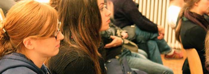 Unter der Headline »Ein Kreativer kann kein Powerpoint« kam Hannes Wanderer zum dritten Teil des Vortrags, zur Übernahme von 25books im Jahre 2009, zum Umzug in die Berliner Brunnenstraße und zu noch mehr Büchern. Links im Bild: Lena Münzner (Fotorestauratorin, Berlin), Tochter des Hamburger Fotografen Jo Röttger, dessen Fotoband Wilson's World Hannes Wanderer 2009 verlegte.