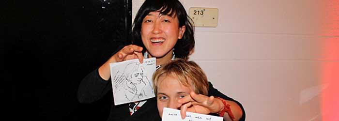 Maki Shimizu (Illustratorin, Berlin und Tokio) porträtiert spontan Gäste auf Papierservietten.