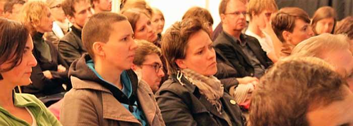 »Und irgendwann hatte ich ein Projekt«. Ab diesem »Wendepunkt« wurde es nicht nur für Hannes Wanderer interessant, sondern auch für das Publikum. Hannes Wanderer stellte sein erstes Buchprojekt »Time out« Leere Läden in Berlin vor. Er und Andreas Göx fotografierten über 3.500 leerstehende Läden in Berlin und machten 2004 das erste Peperoni Buch daraus. Sozusagen die »Ursuppe« von Peperoni Books. Mittig im Bild: Meike Nixdorf (Fotografin, Berlin) und Ihre Partnerin Grit Hackenberg (Nixenberg, Berlin).