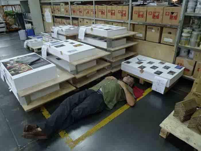 Vertrauen ist gut, Kontrolle ist besser: Der Fotograf Michael Wolf schläft während der Druckabnahme seines 352 Seiten starken, zweibändigen Fotobandes Hong Kong Inside Outside vor lauter Müdigkeit neben der Druckmaschine ein.