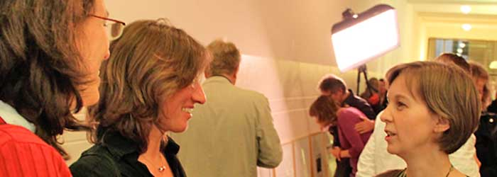 Susanne Babst (Babst Grafikdesign, Berlin) begrüßt die ersten Gäste. Links im Bild: Nicole Kreja (Kreja Kommunikation, Berlin). Rechts: Regina Samson (Berlin).