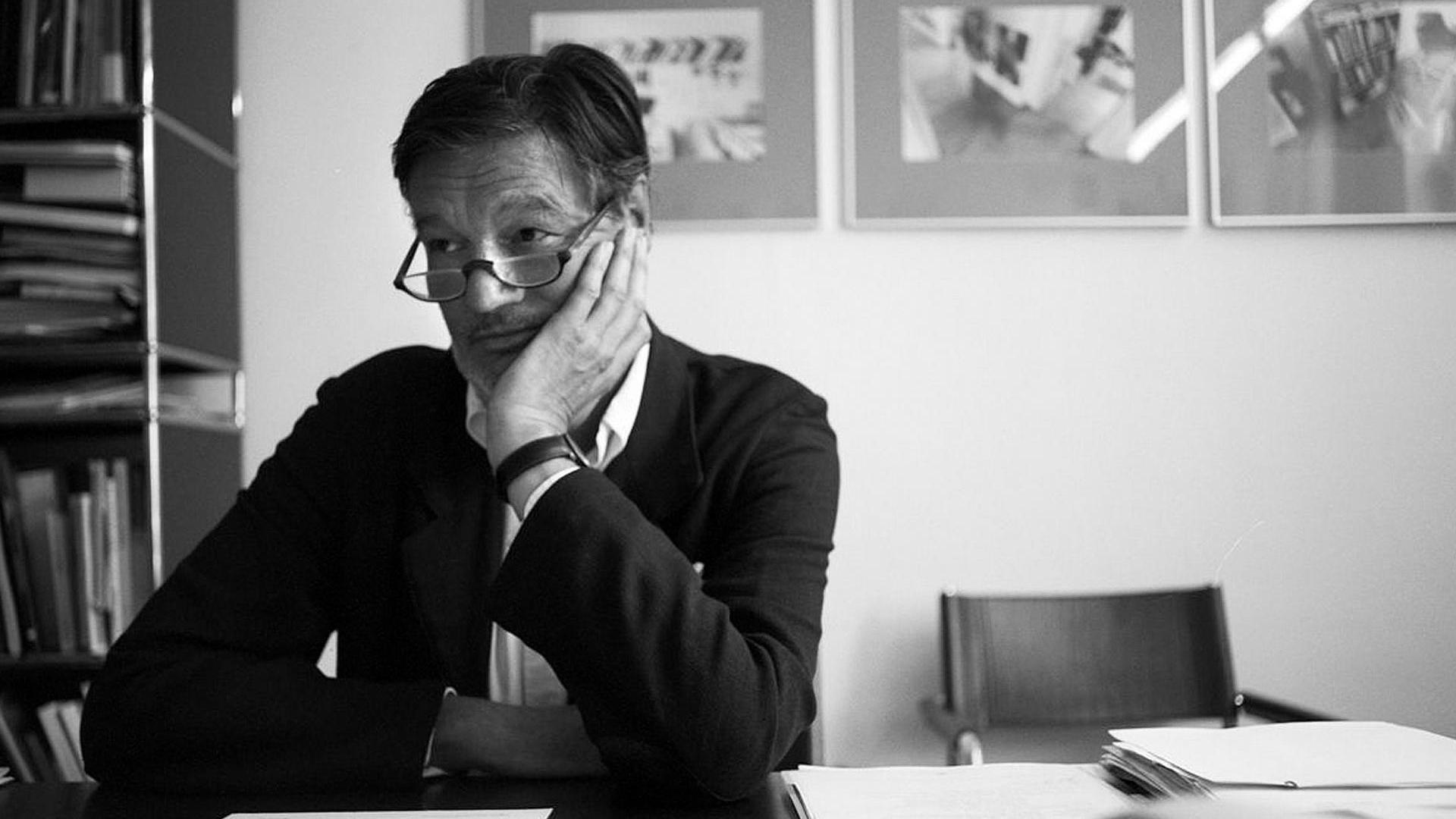 Rolf Müller am 6.8.2001 im Büro Rolf Müller in der Maximilianstraße 31 in München. Foto: Andreas Bohnenstengel. Weitere Fotos im Archiv von A.Bohnenstengel unter www.andreasbohnenstengelfotograf.de/rolf-mueller/