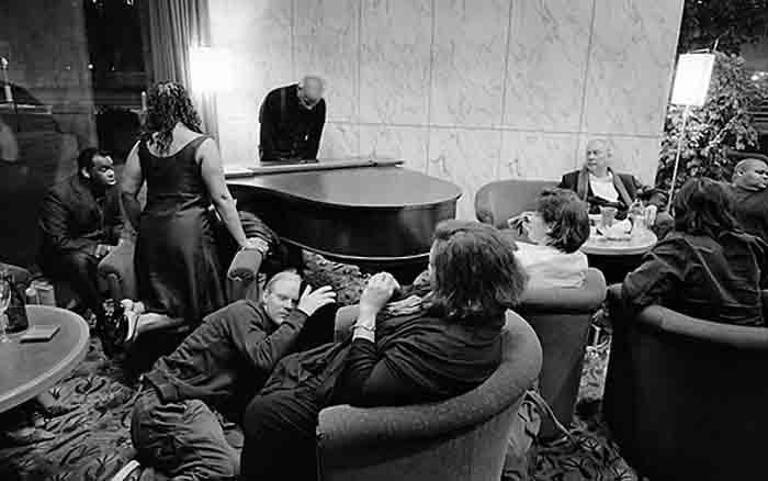 Andrzej T. Wirth zu Wilson´s Word: »(...) weder der Photograph noch sein Objekt nehmen Kenntnis voneinander. Es ist das Prinzip einer absoluten Diskretion, einer Distanz, unter dem Ausschluss der (gegenseitigen) Eitelkeit, das Prinzip sich (gegenseitig) nicht stören zu lassen (...)«. Foto: Robert Wilson in einer Hotelbar. Foto: © Jo Röttger, Hamburg.
