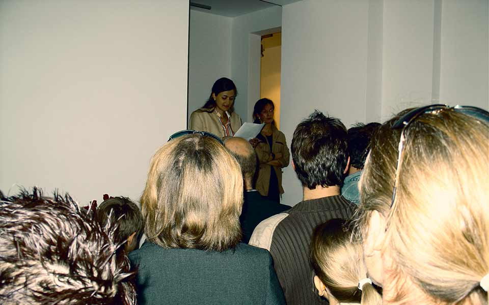 Die Kunsthistorikerin Sabine Seifert-Mancke eröffnet die Vernissage mit einer Rede.