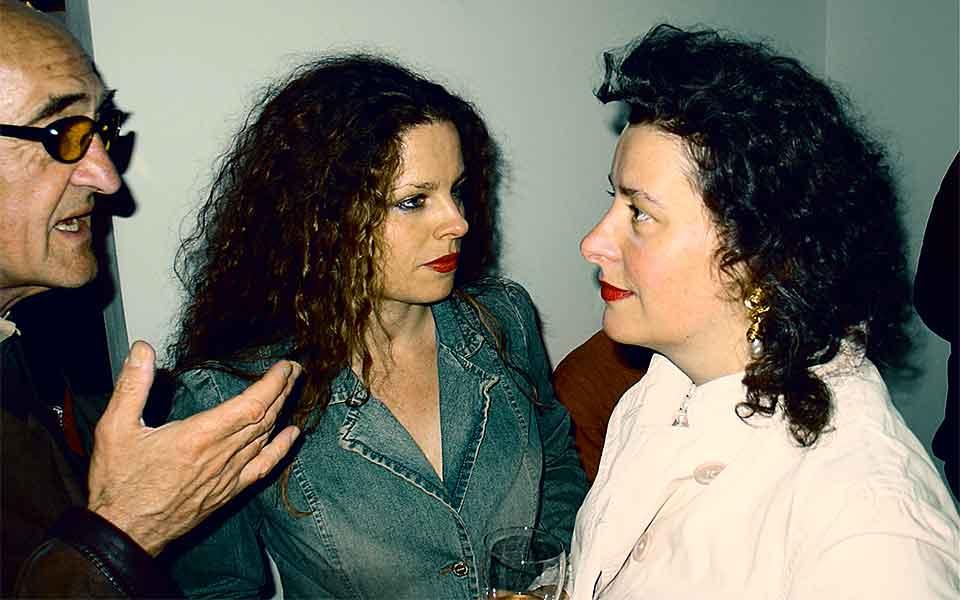 Die Theaterregisseurin Sonja Breuer im Gespräch mit Gästen der Vernissage.
