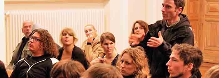 Nachdem Hannes Wanderer über Fragestellungen zum »Projektzuschnitt« eines Buches referierte, kamen die ersten Fragen aus dem Publikum. Stehend im Bild: Der Fotograf Sven Hagolani. Hinten: Corinna Weidner (Fotobuchautorin und Journalistin, Berlin).