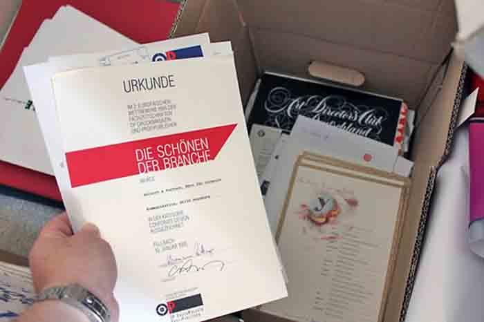 Gibt es Zufälle? Olaf Leu war der Juryvorsitzende des Grafikdesignwettbewerbs »Die Schönen der Branche«, ausgeschrieben vom OP Druckmagazin im Herbst 1994. Es war mein erster Designwettbewerb überhaupt, an dem ich teilnahm. Der »rote« Balken auf der Urkunde blieb mir scheinbar irgendwie im Gedächtnis. Denn »rot« ist auch der Umschlag von Olaf Leus »Bilanz 1951-1979«. Das »Rot« brachte mich überhaupt erst auf den Gedanken.