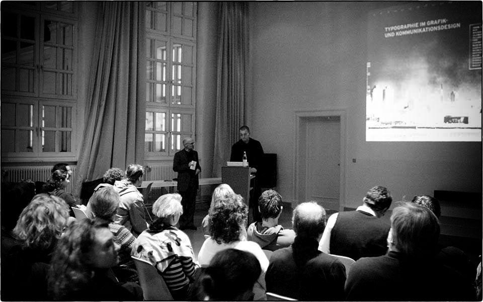 Der Grafikdesigner und Typograf Wolfgang Beinert spricht im TypoForum an der UdK Berlin. Foto: Jens Ludewig.