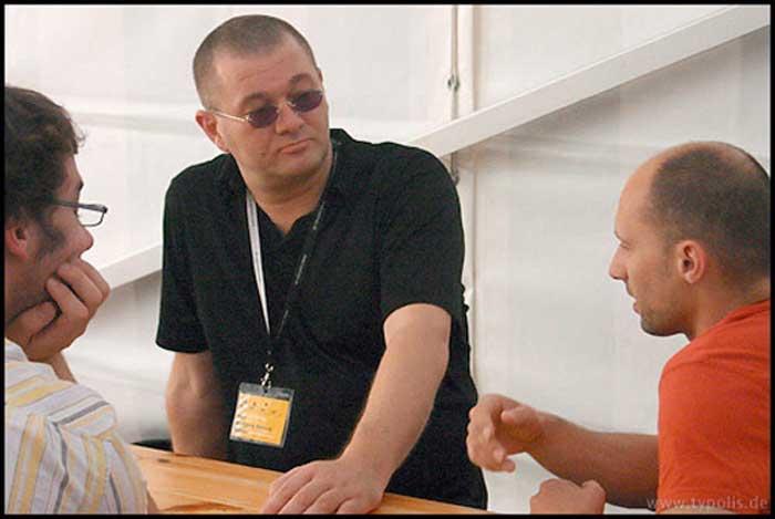 Wolfgang Beinert im Gespräch mit Kollegen auf den Leipziger Typotagen 2006 im Museum für Druckkunst in Leipzig. Foto: Andreas Seidel.
