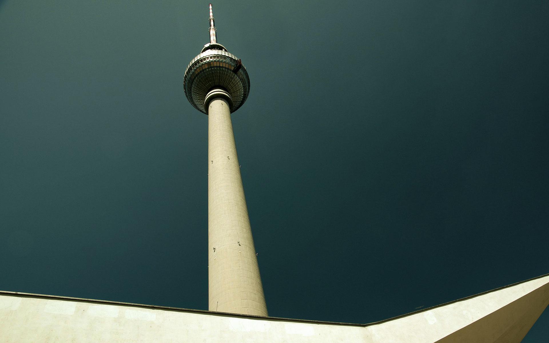 Architekturfotografie des Berliner Fernsehturms am Alexanderplatz.