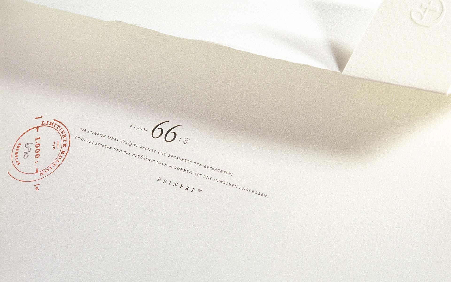 Atelier Beinert | Portfolio : 5 Arbeitsproben Vol. 2, erste Innenseite mit einem Aphorismus von Wolfgang Beinert.