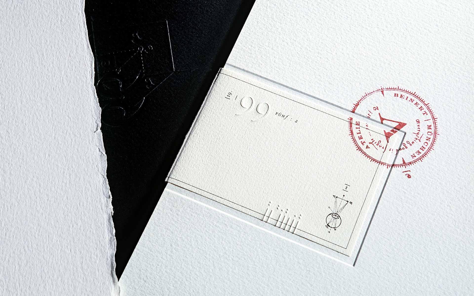 Atelier Beinert | Portfolio : 5 Arbeitsproben Vol. 2, Umschlag innen und außen mit Blindprägungen, Siegel und Stempel.