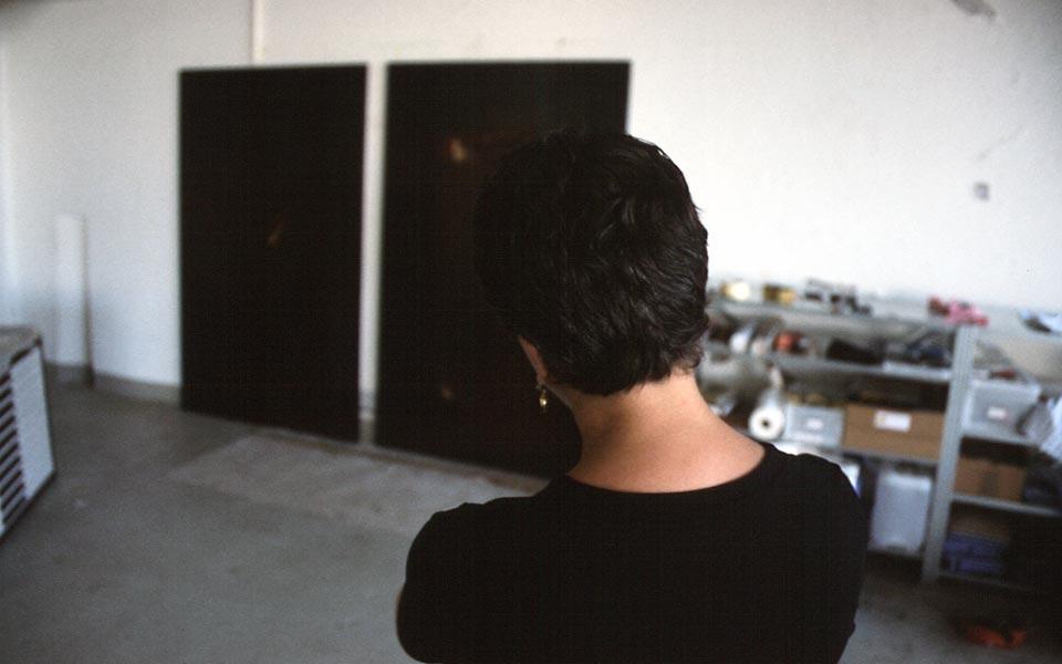 Dominique Neuenschwander, Fotoportrait (2) von der Kunstmalerin Dominique Neuenschwander in ihrem Atelier bei Bern in der Schweiz.
