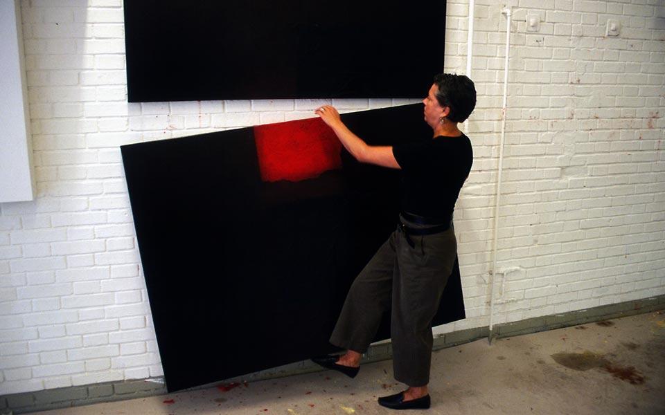 Dominique Neuenschwander, Fotoportrait (3) von der Kunstmalerin Dominique Neuenschwander in ihrem Atelier bei Bern in der Schweiz.