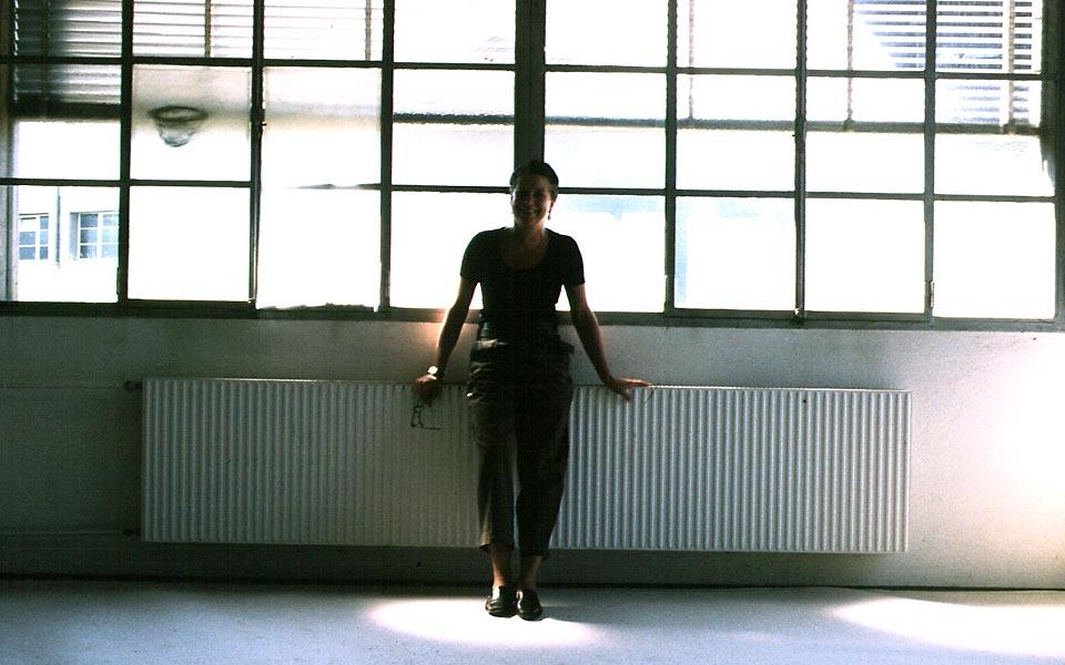 Dominique Neuenschwander, Fotoportrait (4) von der Kunstmalerin Dominique Neuenschwander in ihrem Atelier bei Bern in der Schweiz.