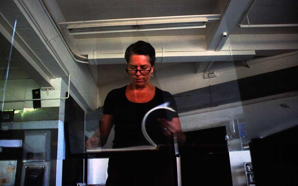 Dominique Neuenschwander, Fotoportrait (6) von der Kunstmalerin Dominique Neuenschwander in ihrem Atelier bei Bern in der Schweiz.