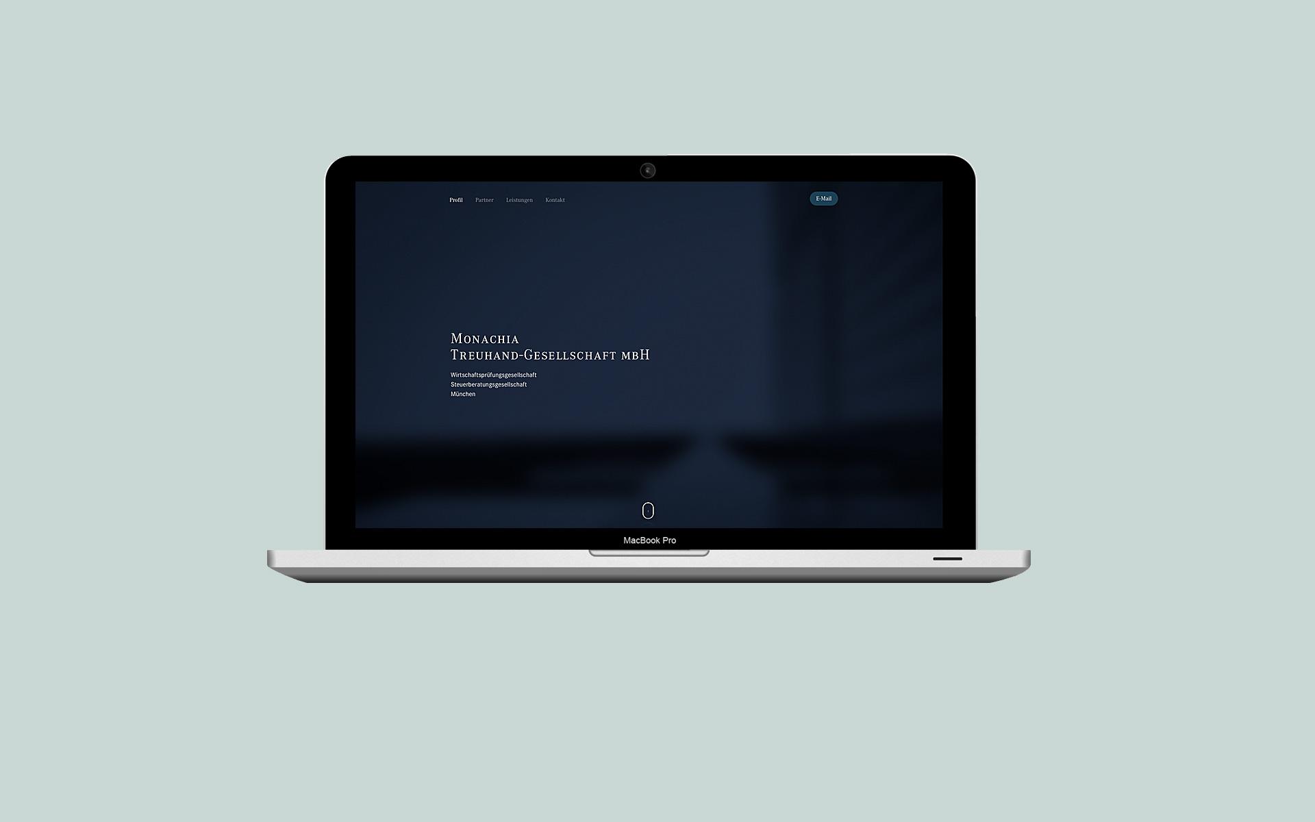 Monachia Treuhand Wirtschaftsprüfungsgesellschaft, Responsive One-Page-Website (MacBook).